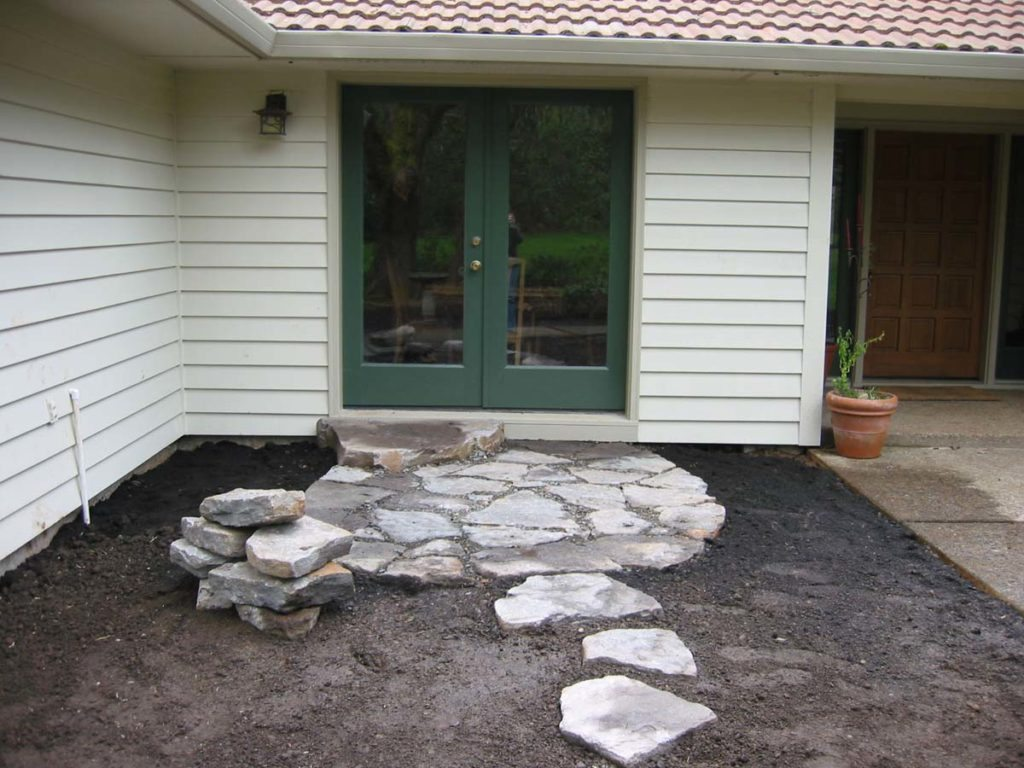 small courtyard with split stones landscape design