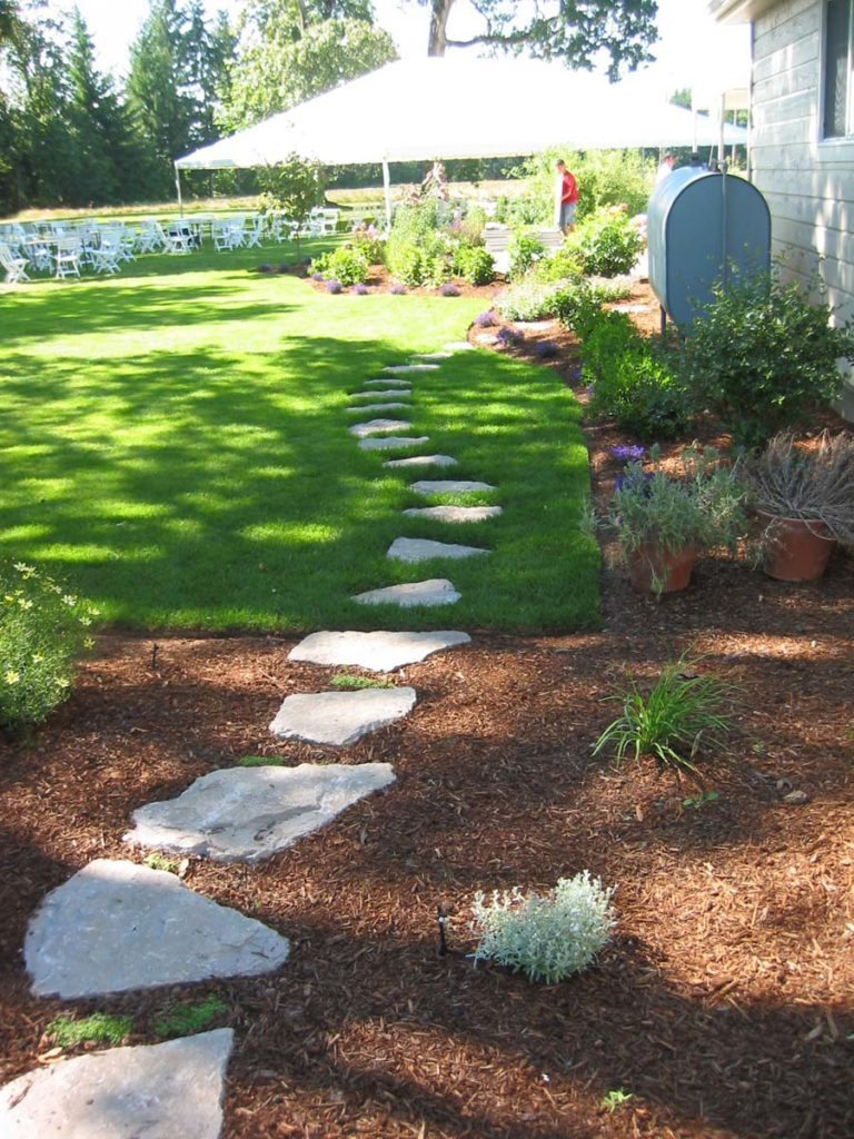 split stone pathway into lawn landscape design